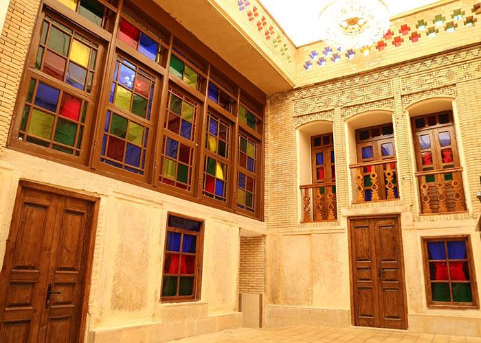 حیاط اقامتگاه سنتی پنج دری شیراز