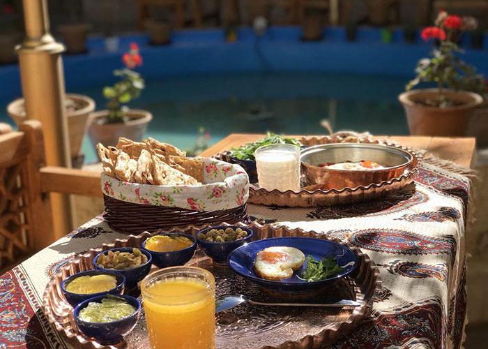 صبحانه اقامتگاه سنتی پنج دری شیراز