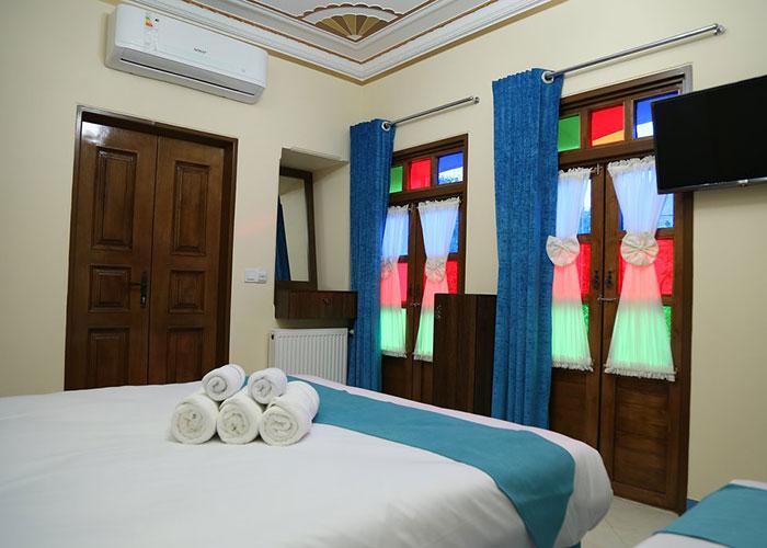 تصاویر اتاق سه تخته اقامتگاه سنتی پنج دری شیراز