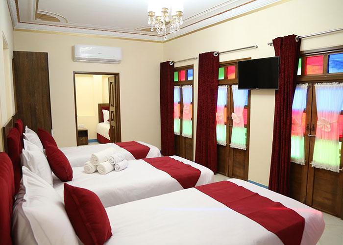 اتاق اقامتگاه سنتی پنج دری