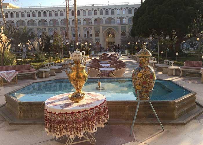 محوطه باغ هتل عباسی