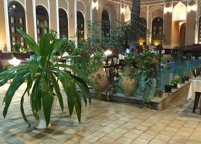 عکس حیاط هتل ادیب الممالک