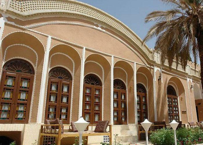 حیاط هتل ادیب الممالک