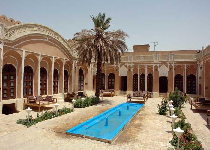 حیاط هتل ادیب الممالک یزد