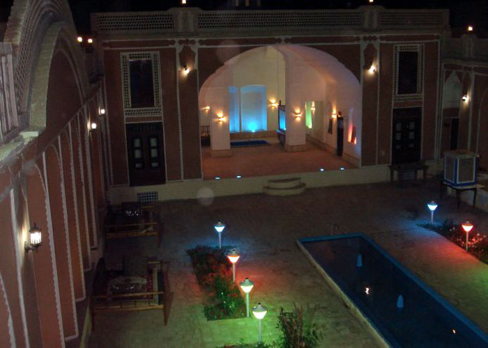 حیاط هتل ادیب الممالک یزد در شب