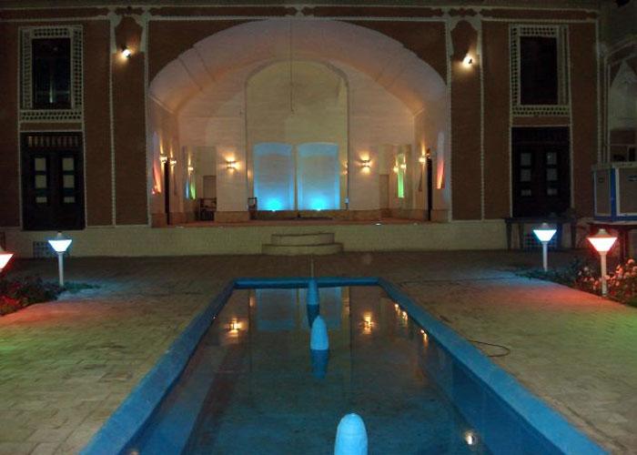 عکس حیاط هتل ادیب الممالک یزد