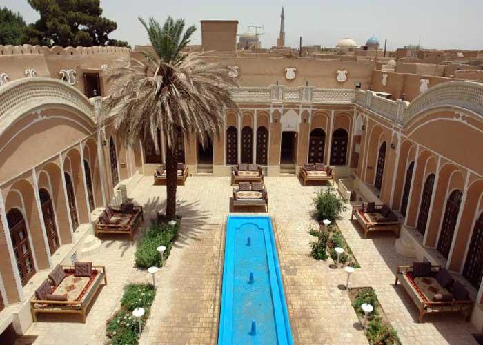 حیاط هتل ادیب الممالک یزد در روز
