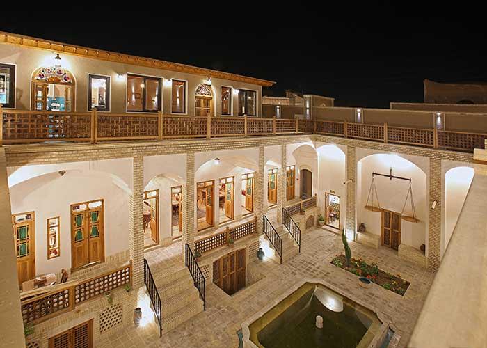 اقامتگاه خانه ادیب کاشان در شب