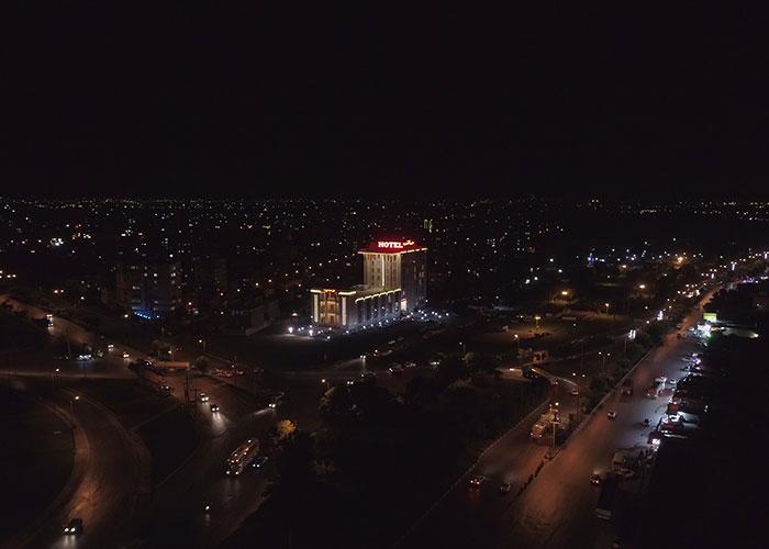 ساختمان هتل امیران 2 همدان در شب