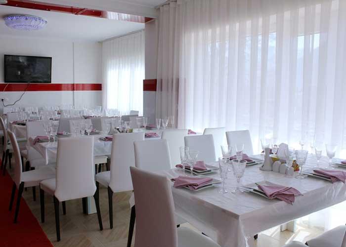 میز های غذا خوری رستوران هتل آپارتمان آنازا کلیبر