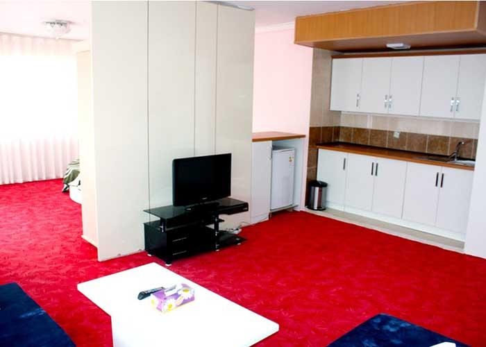 فضای آشپزخانه داخل اتاق هتل آپارتمان آنازا کلیبر