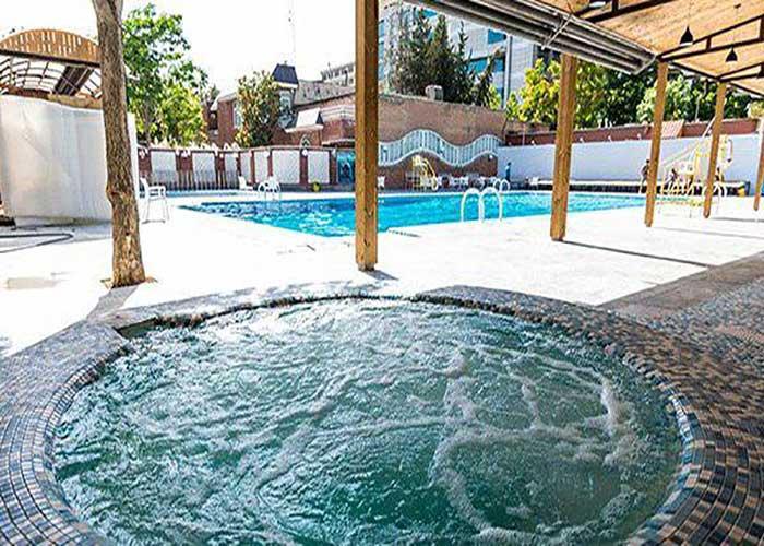 حوضچه آب استخر هتل بلوط تهران