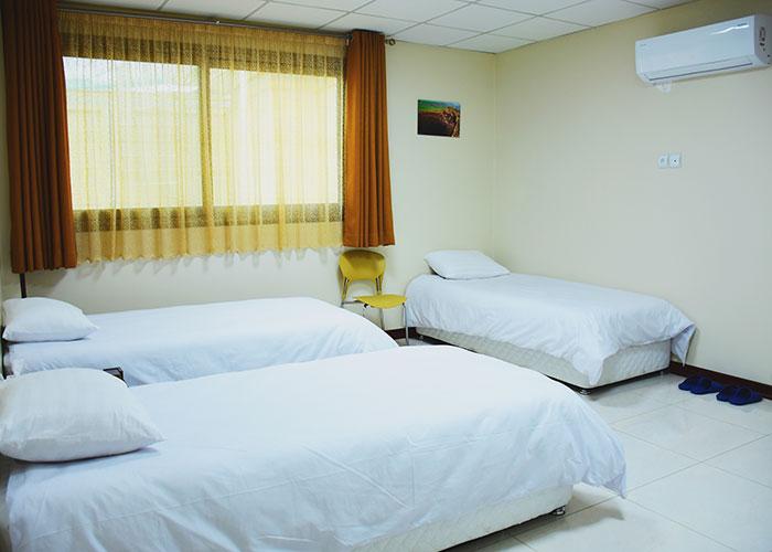 اتاق سه تخته مهمانپذیر بید اصفهان