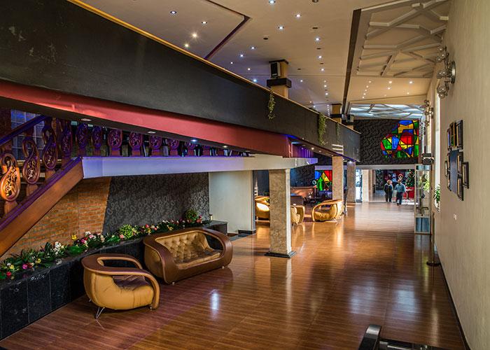 فضای لابی هتل بزرگ مراغه