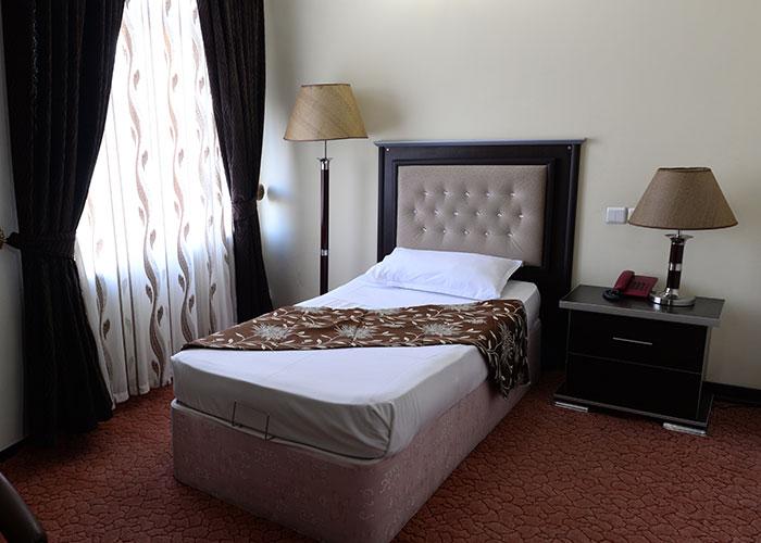 اتاق یک تخته هتل بزرگ مراغه