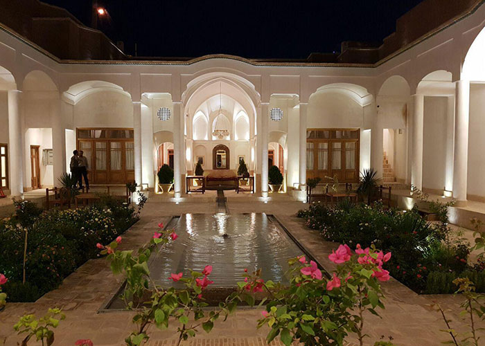 ساختمان اقامتگاه سنتی درب باغ