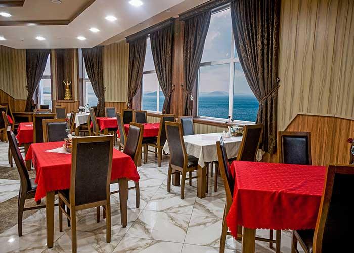 رستوران هتل ارم قشم با نمای دریا