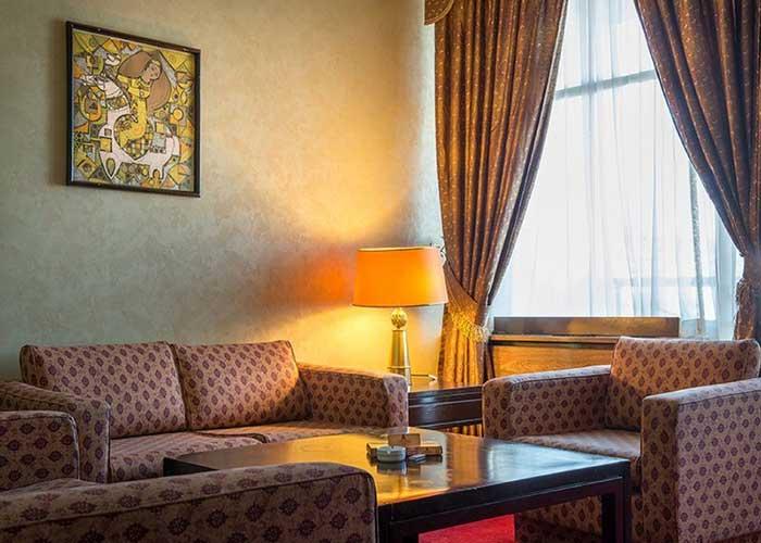 مبلمان داخل اتاق هتل استقلال تهران