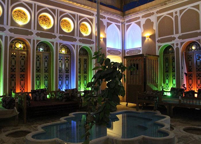 حیاط هتل موزه فهادان