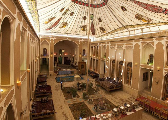 عکس حیاط هتل موزه فهادان یزد