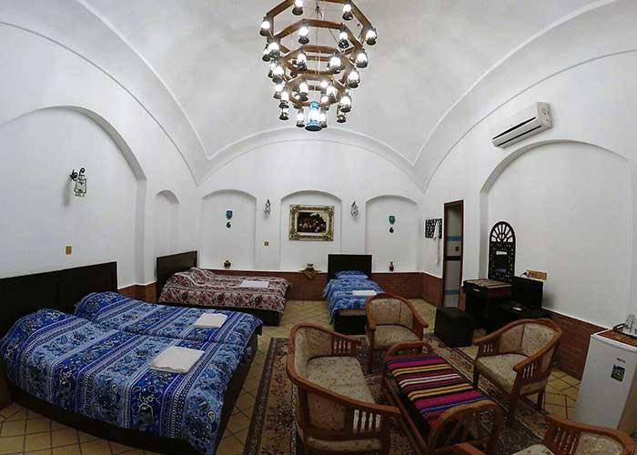 اتاق شاه نشین اقامتگاه سنتی فانوس ویونا کاشان