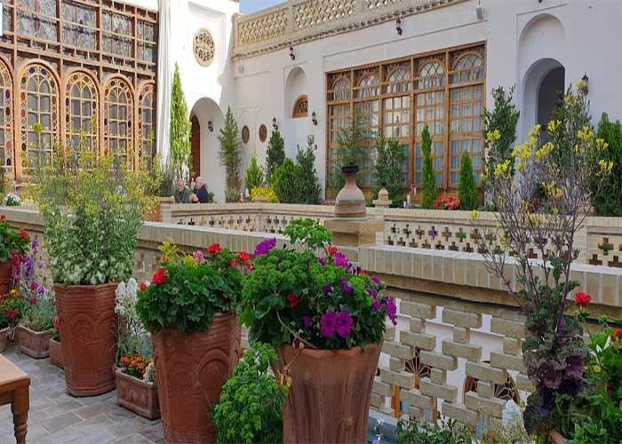 محوطه  هتل قصر منشی اصفهان