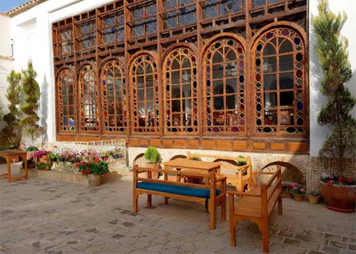 حیاط  هتل قصر منشی اصفهان