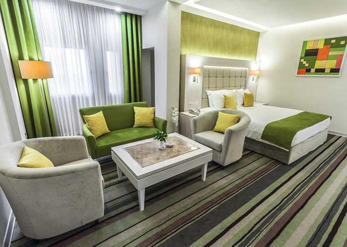 مبلمان داخل اتاق هتل هویزه تهران