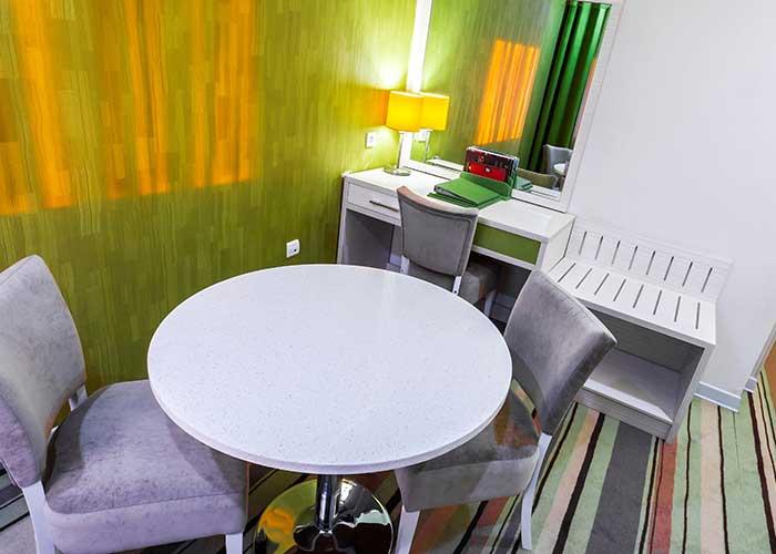 میز و صندلی داخل اتاق هتل هویزه تهران