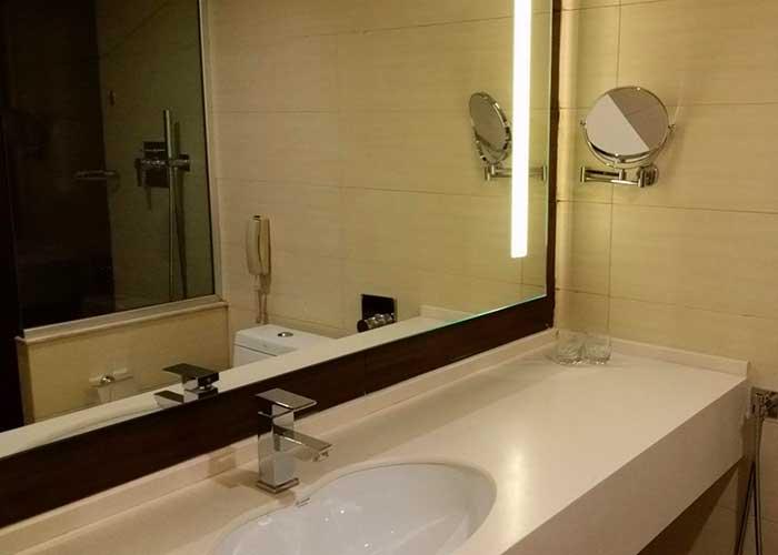 روشویی داخل اتاق هتل هویزه تهران