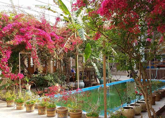 حیاط هتل کهن کاشانه یزد