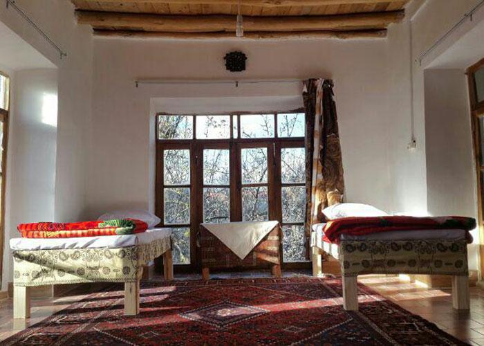 اتاق بابونه اقامتگاه بوم گردی کوشک آقا محمد قمصر