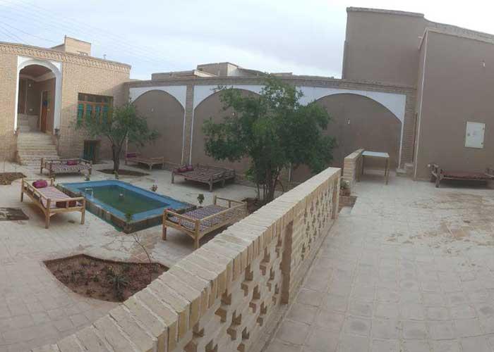 حیاط اقامتگاه بومگردی  کوشک آقا محمد قمصر