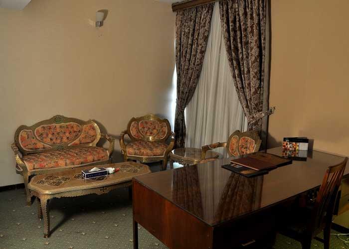 میز و مبل اتاق هتل لاله تهران
