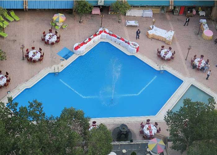 رستوران تابستانی کنار استخر هتل لاله تهران