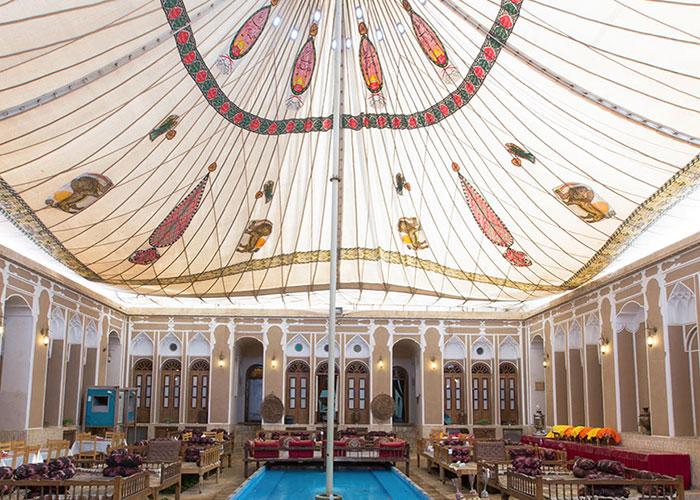 حیاط هتل سنتی مهر یزد