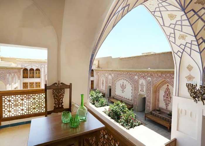 بالکن اتاق های اقامتگاه سنتی مهینستان راهب کاشان