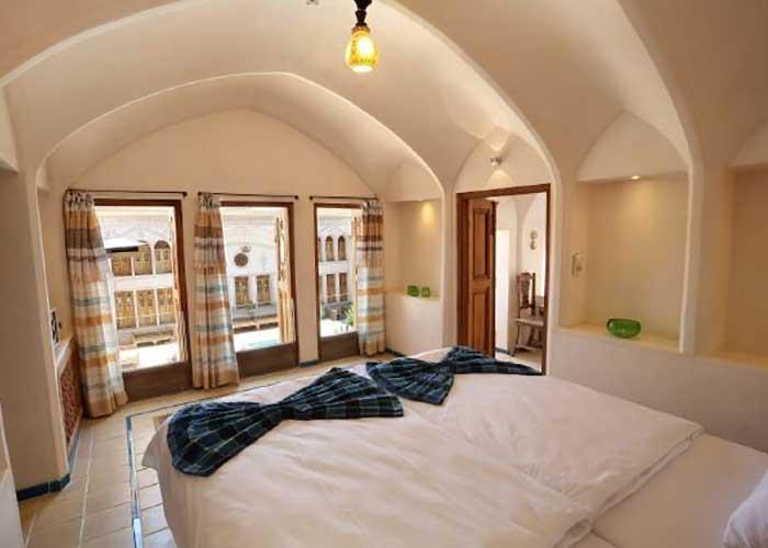 اتاق های اقامتگاه سنتی مهینستان راهب کاشان