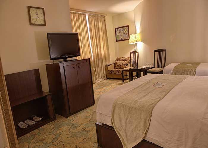 اتاق سه تخته هتل نگارستان کاشان