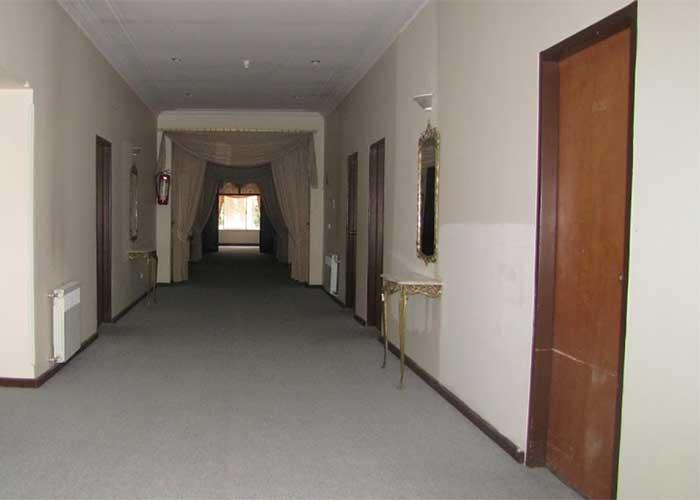 راهرو طبقات هتل باستانی نگین گچسر