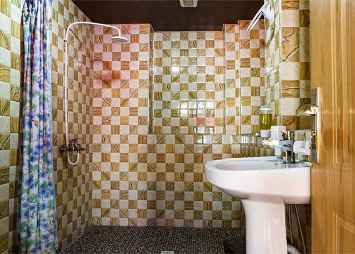 سرویس بهداشتی اتاق دو تخته هتل سنتی نیایش شیراز
