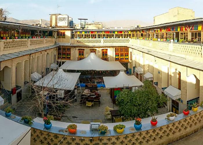 حیاط هتل سنتی نیایش شیراز