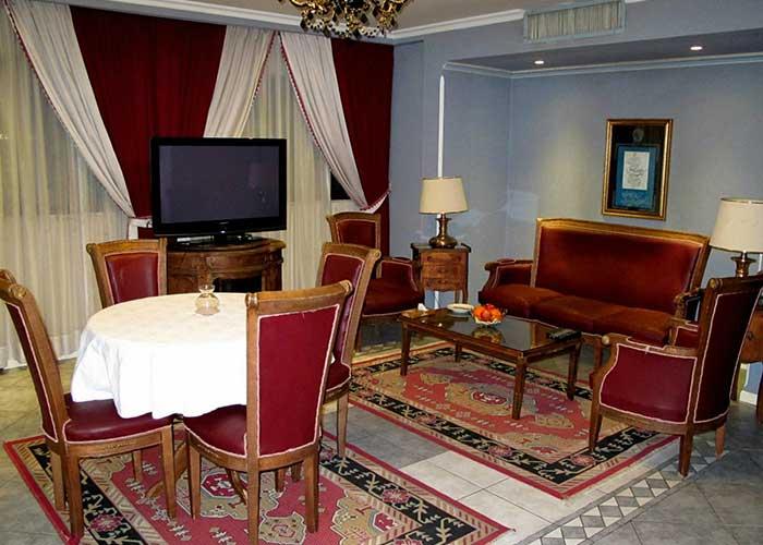 میز و مبلمان اتاق هتل نیلو تهران