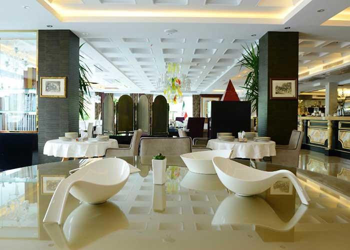 چیدمان میز رستوران هتل نیلو تهران