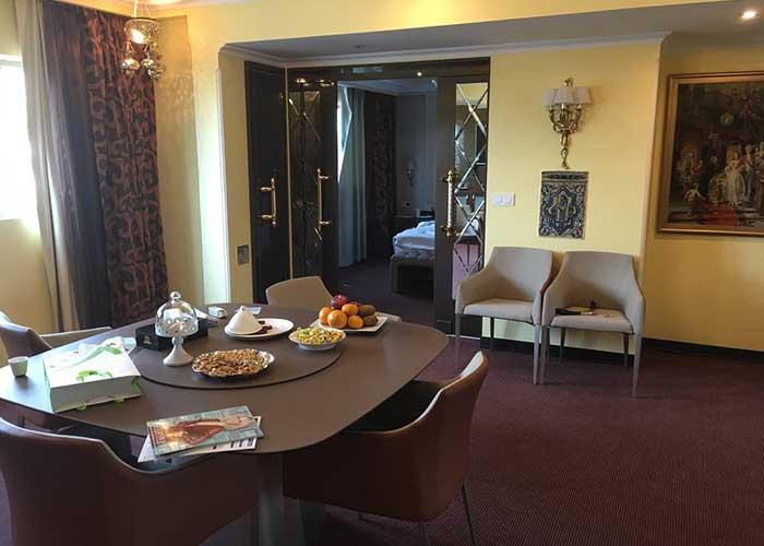 میز غذا خوری اتاق هتل نیلو تهران