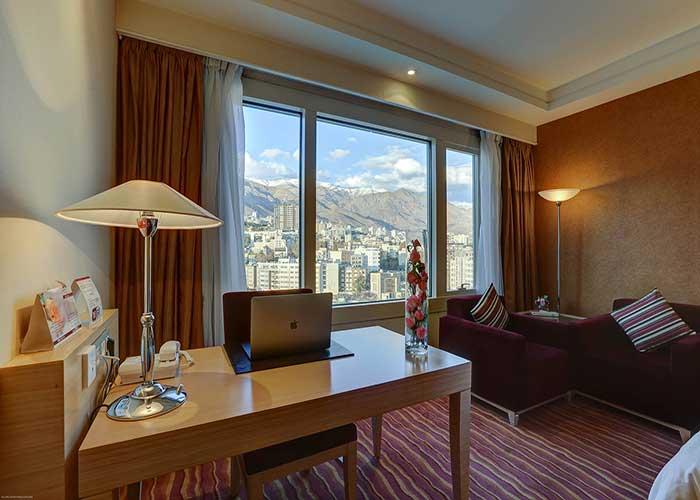 میز تحریر اتاق دو تخته هتل آزادی تهران
