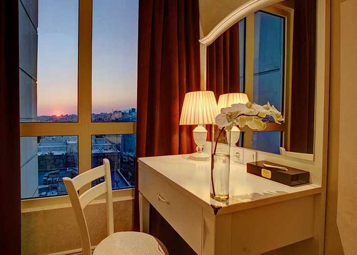 میز داخل اتاق هتل  پرشین پلازا تهران