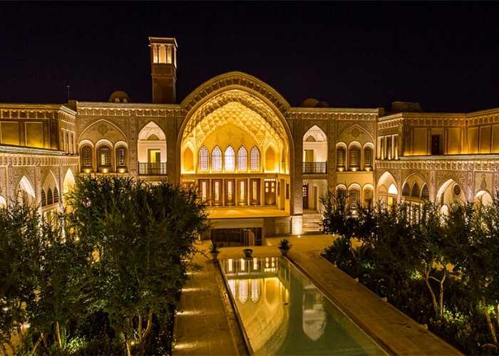 خانه سرای عامری ها در شب