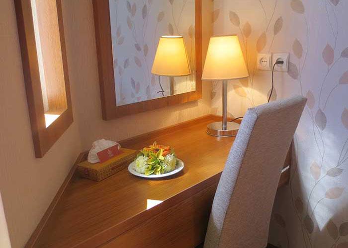 میز داخل اتاق هتل شهر تهران