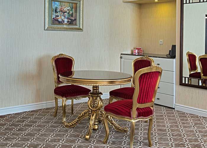 میز داخل اتاق هتل شهریار تبریز